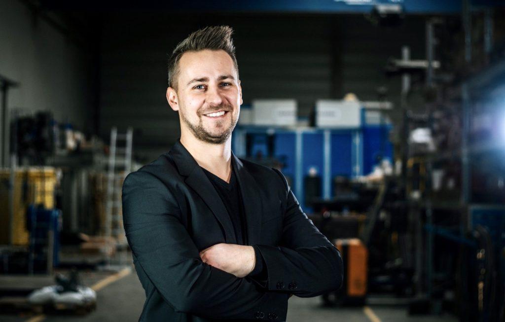 Tobias Manka der frühere Serviceleiter in der TCT Halle mit verschränkten Armen und einem Lächeln im Gesicht als neuer Geschäftsführer